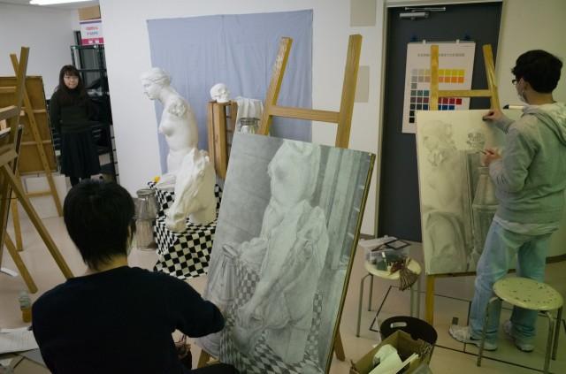 大きな画用紙に絵を描いています!
