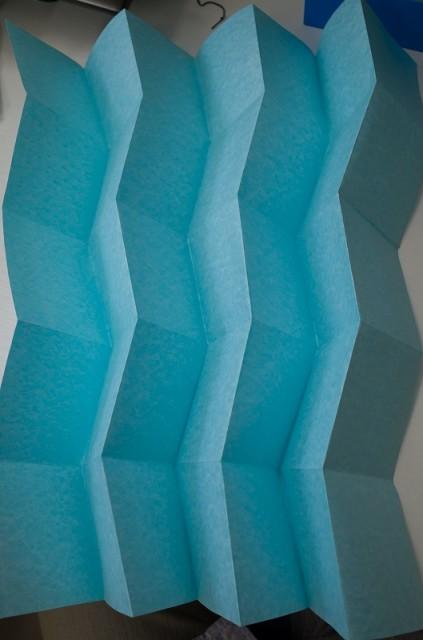 宇宙船にも使われている 「ミウラ折り」です。とても美しい形とラインですね。